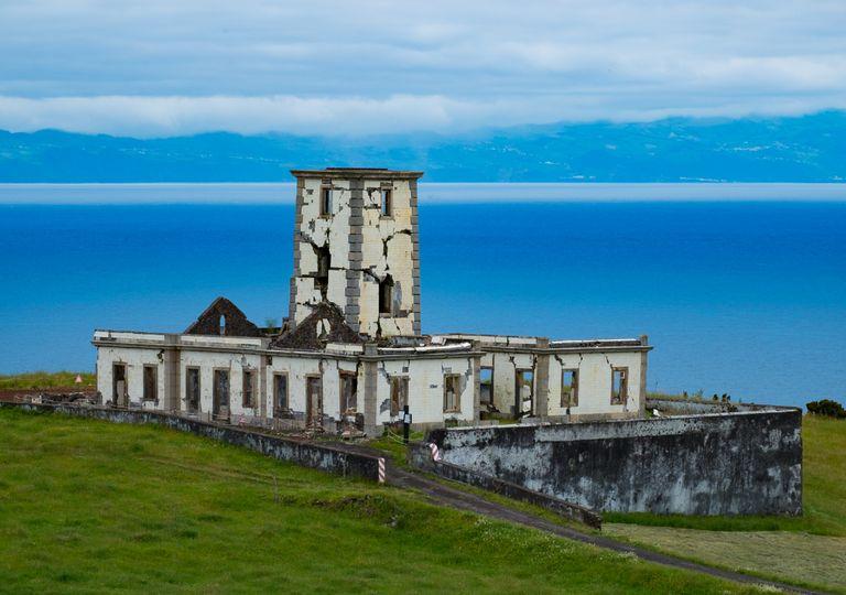 Ruínas de um farol na Ilha do Faial Açores
