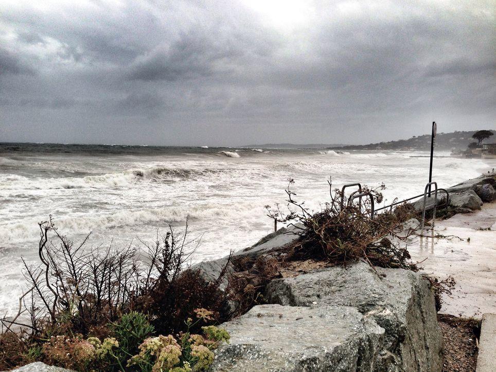 Ces fortes pluies s'accompagneront de rafales de vent de l'ordre de 60 à 80 km/h sur le littoral de la Grande Bleue.