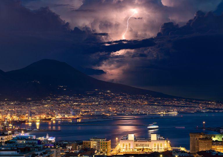 Golfo di Napoli con Vesuvio sullo sfondo