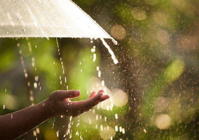 persona con brazo expendido tratando de sentir la lluvia