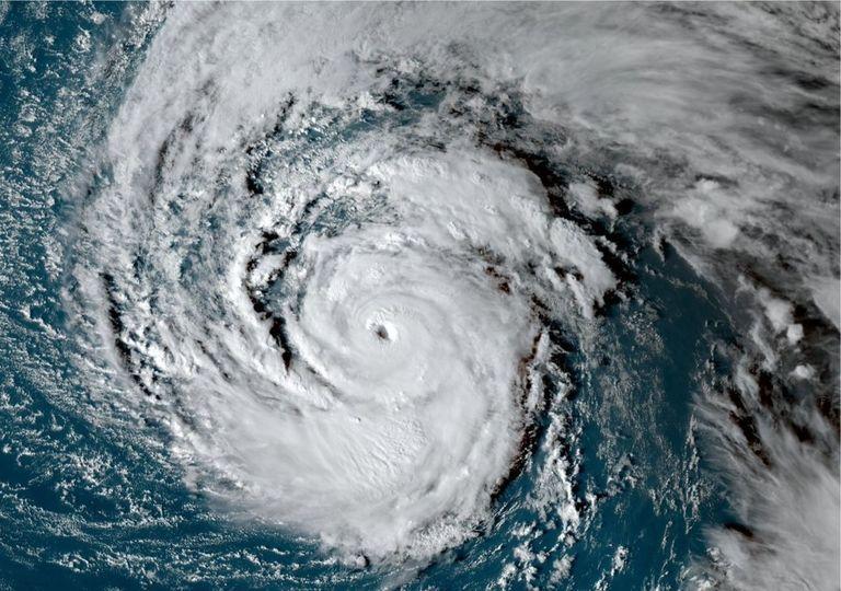 furacão Épsilon no Oceano Atlântico