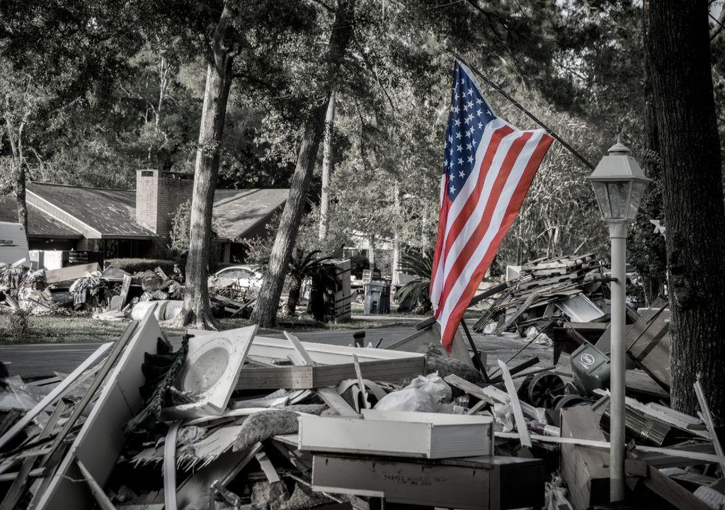 Bandeira Americana no meio dos destroços.