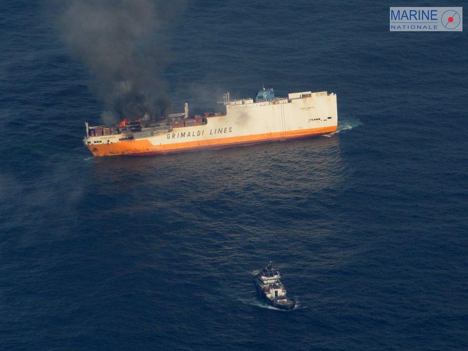 Des voitures, des conteneurs et 2.200 litres de fioul composent la cargaison du navire italien.