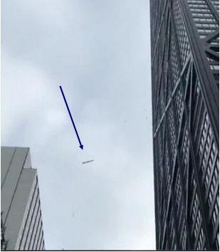 Grandes trozos de hielo caen desde rascacielos de Chicago