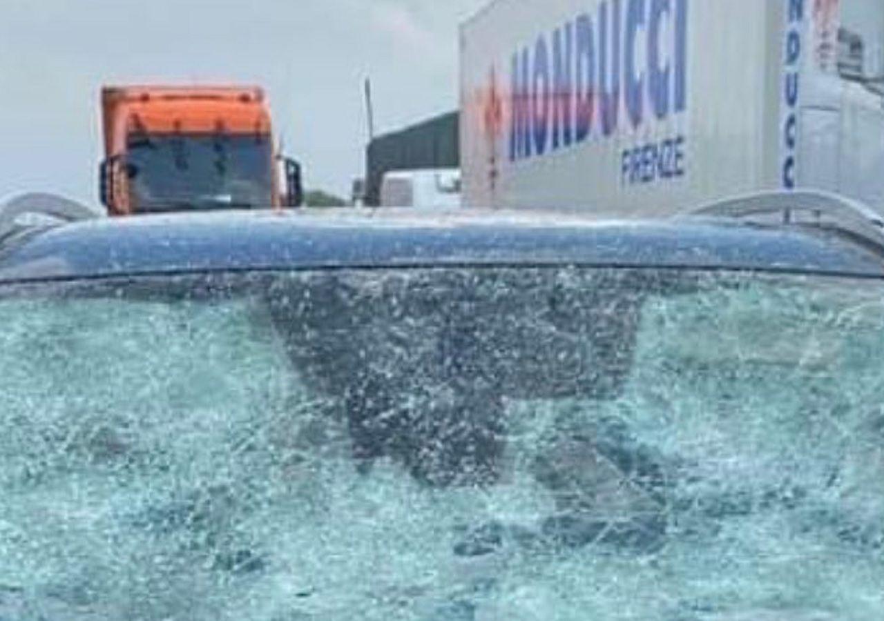 Heftiges Hagelunwetter auf der Autobahn: Autos zerstört!