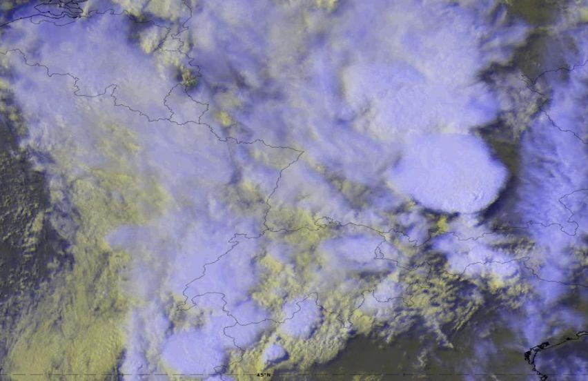 Imágenes de satélite infrarroja realzada en topes fríos,, arriba, y visible, abajo, para el 10 de junio de 2019 a las 15 UTC