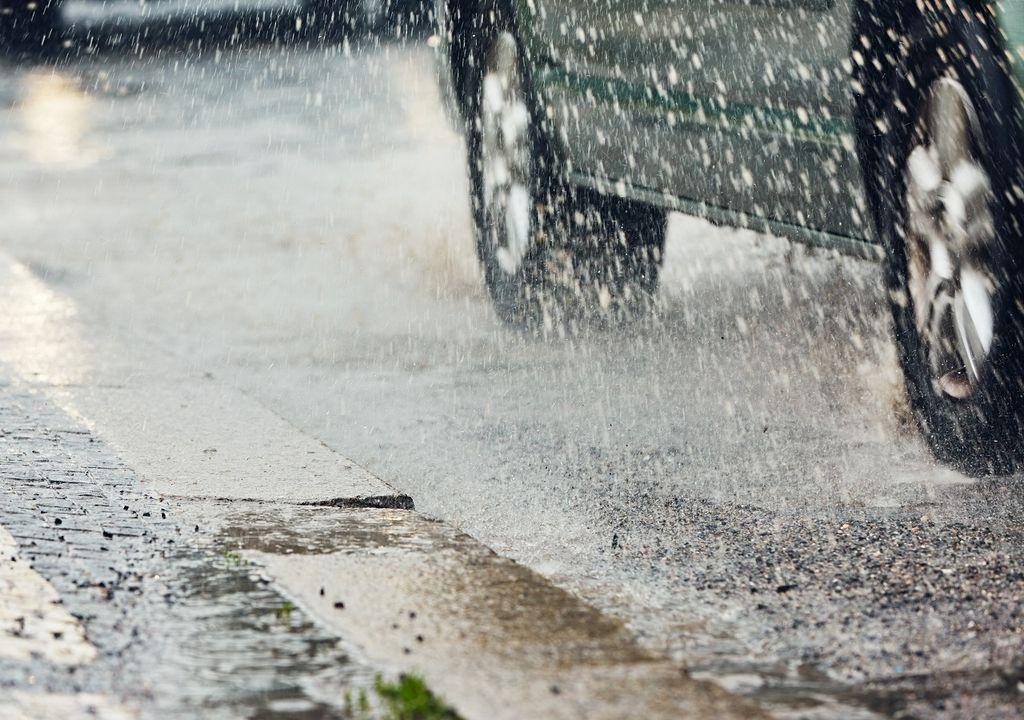 Vehículo transitando en día de lluvia