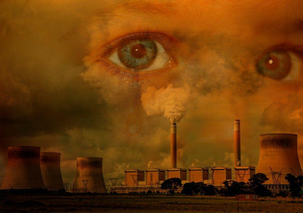 Niño y fábrica contaminando