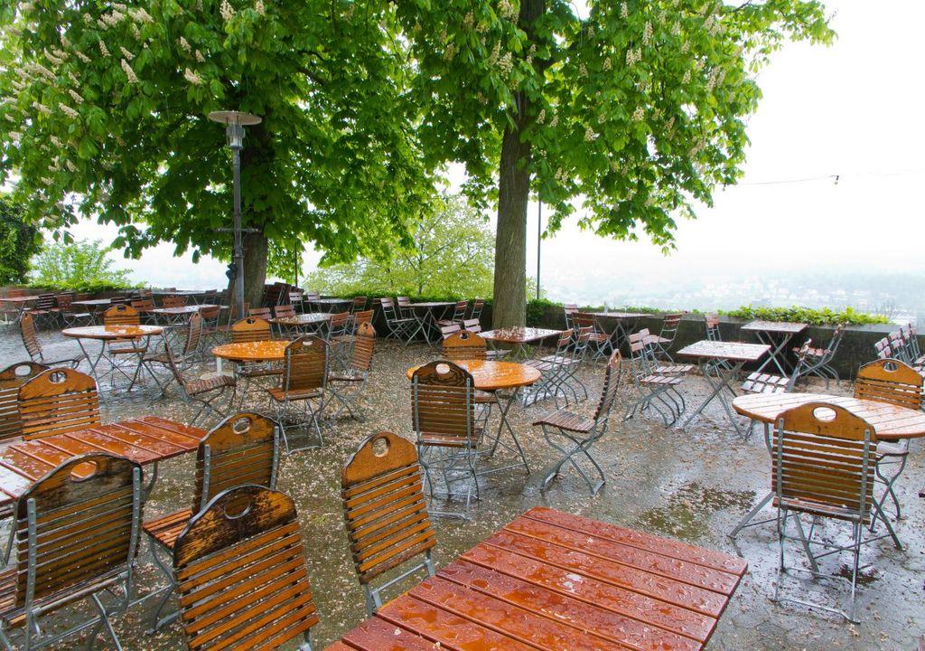 Biergarten im Regen