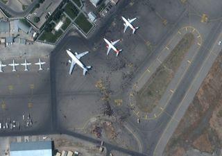 Les images montrent une foule de personnes à l'aéroport de Kaboul !