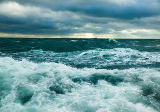 Impactante oleaje deja fallecidos y barcos desaparecidos en Indonesia