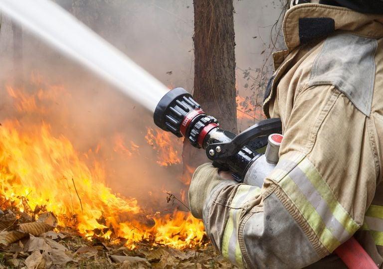 Bombero combatiendo incendio forestal
