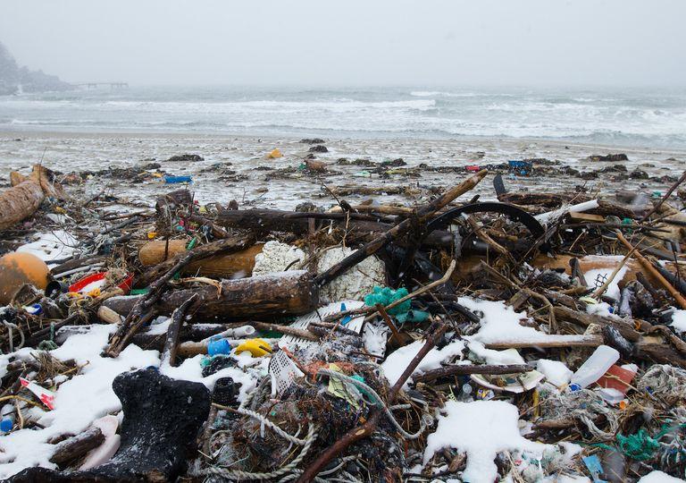 Plásticos en degradación mezclados con nieve