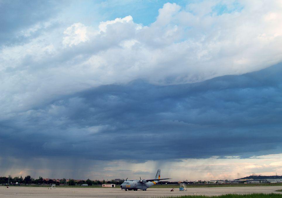 Chubasco de lluvia en las proximidades, aeródromo de Getafe.