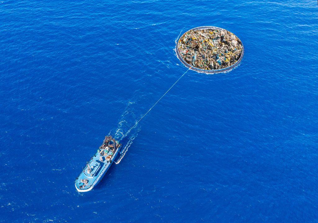 remolcando basura en el océano