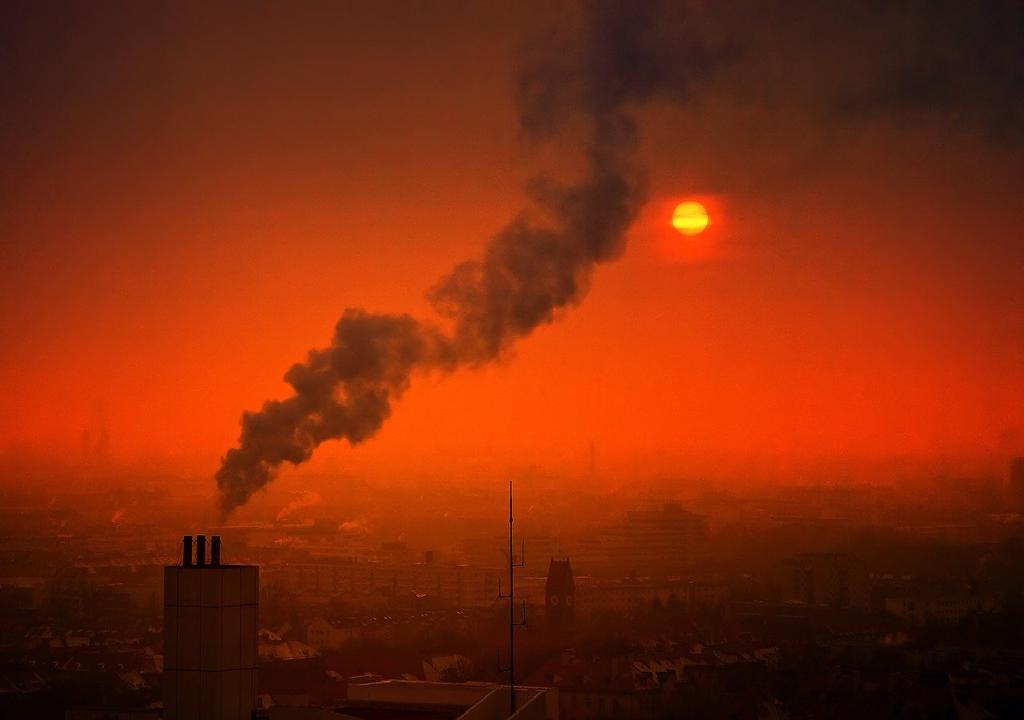 Contaminación del aire con vista de cielo anaranjado