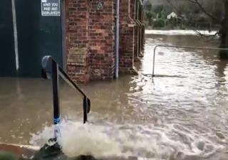 Continúan las inundaciones en Inglaterra, mientras se acerca Ellen