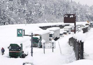 Japón: enorme tormenta de nieve deja varadas 1000 personas en la ruta