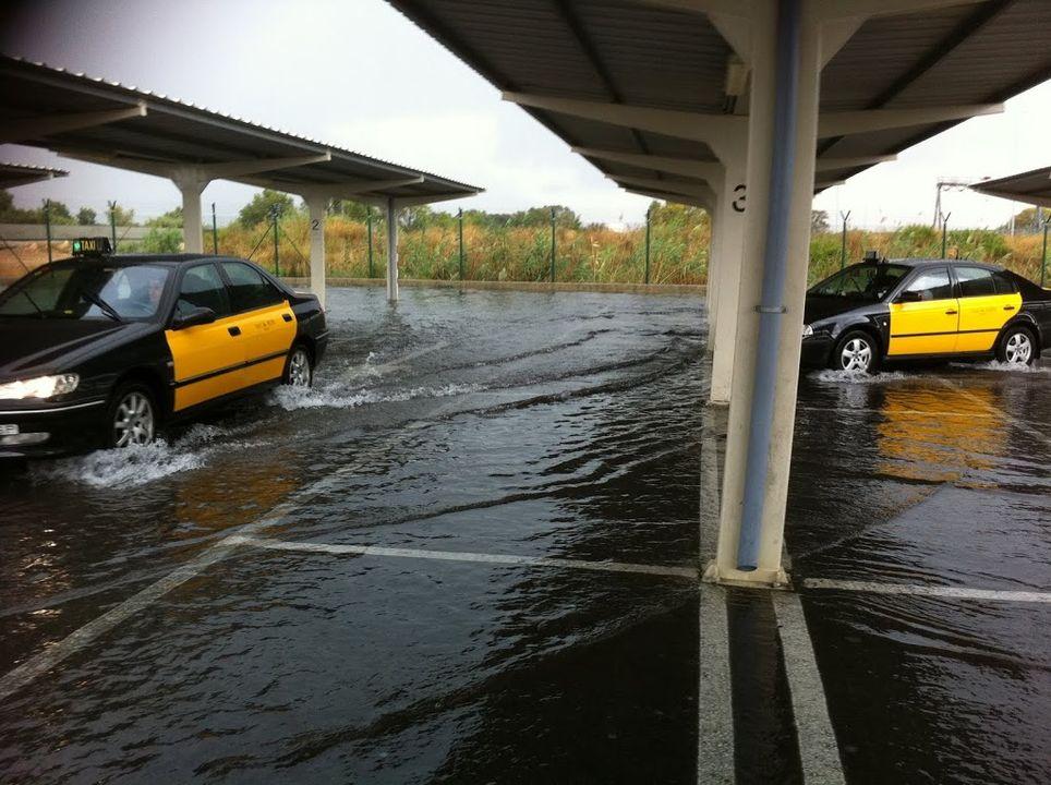 La parrilla de taxis del aeropuerto de El Prat, Barcelona, inundada tras la fuerte tormenta de finales de julio.
