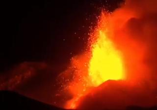 Itália: vulcão Etna entrou em erupção, criando rios de lava!