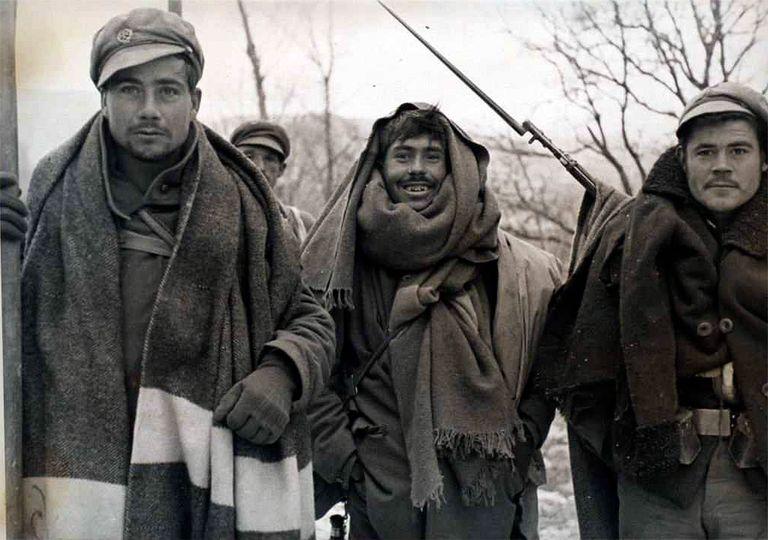Soldados abrigados con todo lo que pueden para intentar soportar la nueva ola de frío durante el final de la Batalla de Teruel.