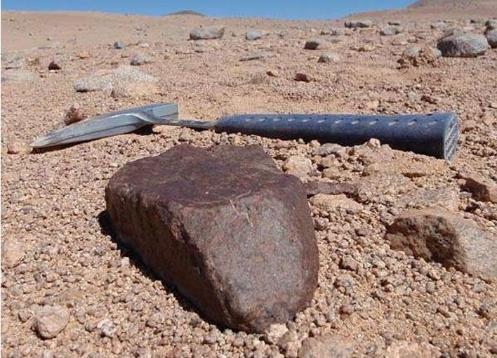 Gran meteorito encontrado en el desierto de Atacama. Foto de Jerome Gattacceca (CEREGE).