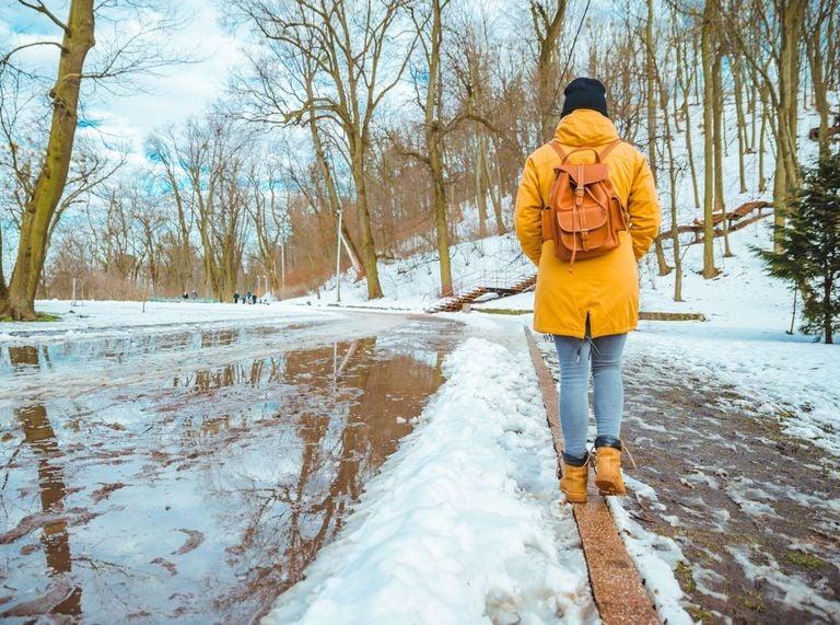 Caminante sobre nieve en fusión