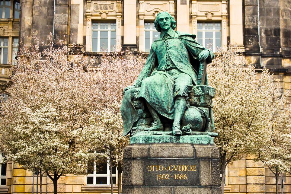 Estatua Otto von Guericke Magdeburgo
