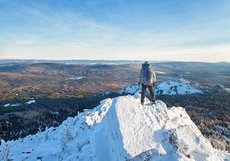 Hombre cubre de una montaña