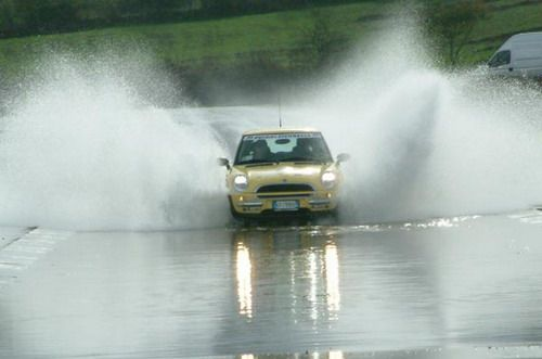 La Lluvia Y La Adherencia De Los Neumáticos