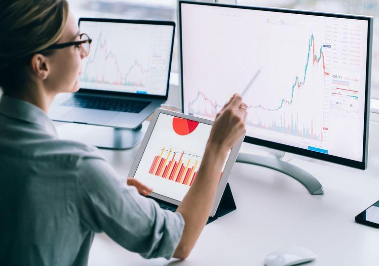 Mujer analizando datos en un computador