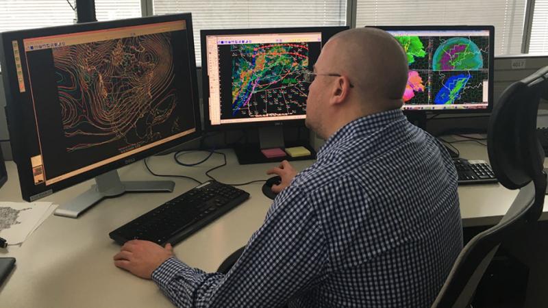 El meteorólogo del Centro de Predicción del Clima, Andrew Orrison, utiliza datos de modelos meteorológicos. NOAA