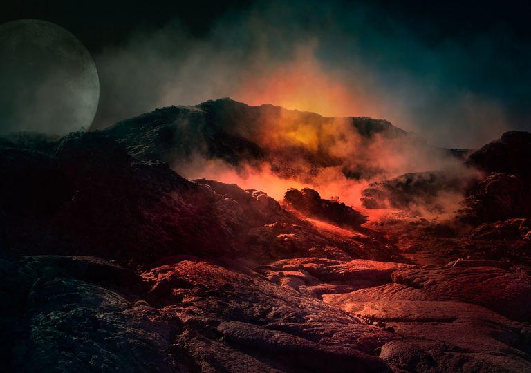 Durante una erupción, los volcanes pueden arrojar piroclastos, lavas y gases volcánicos.