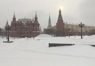 La tempesta di neve più forte degli ultimi anni travolge Mosca: video