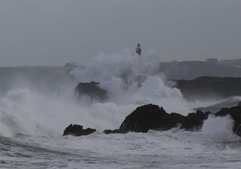 Faro de la isla de Mouro, situada frente a la península de la Magdalena, en la boca de la bahía de Santander, Cantabria.