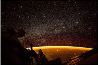 La Tierra inundada de luces de la noche