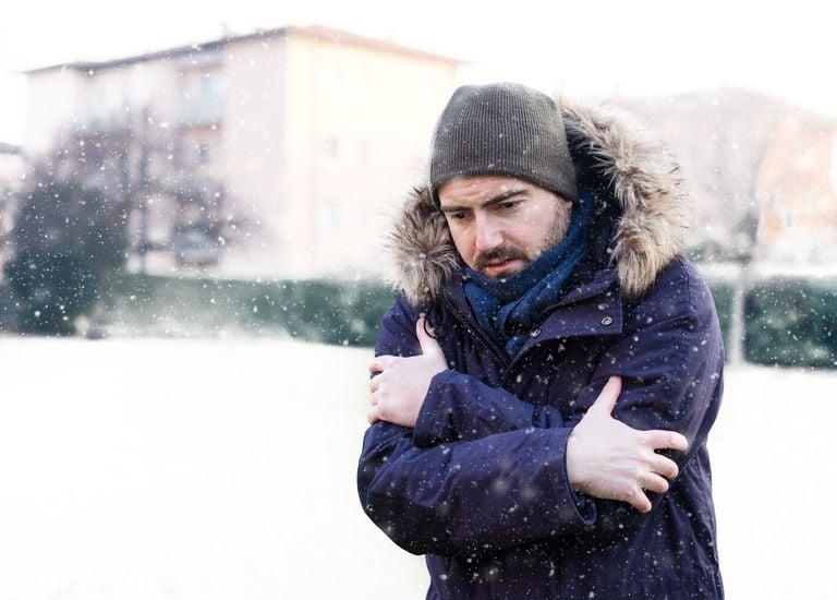 Hombre tiritando de frío