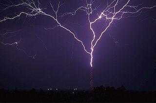 Las torres de antenas de móviles atraen a más rayos