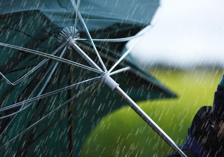 paraguas dado vuelta por el viento