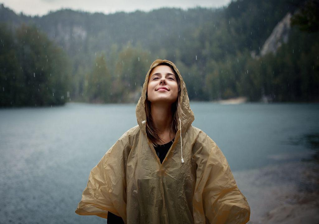 Mujer con chaqueta de agua bajo la lluvia