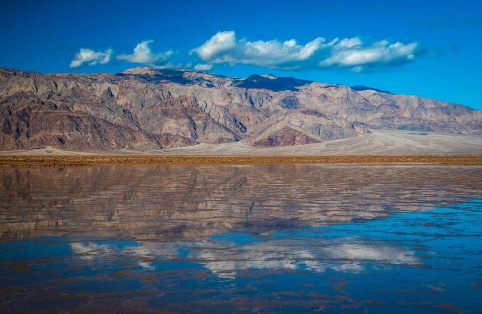 Lago temporal en el Valle de la Muerte, California