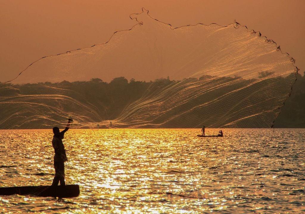 Pescadores en el lago victoria, Uganda