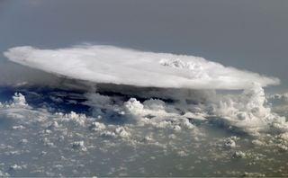 """Los """"peligros"""" meteorológicos al volar en un avión"""
