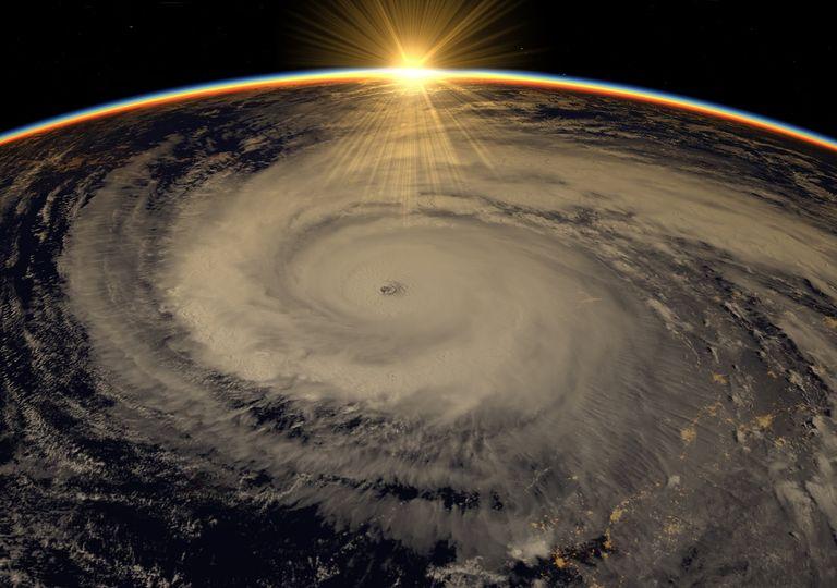 Vista de huracán desde el espacio durante el amanecer