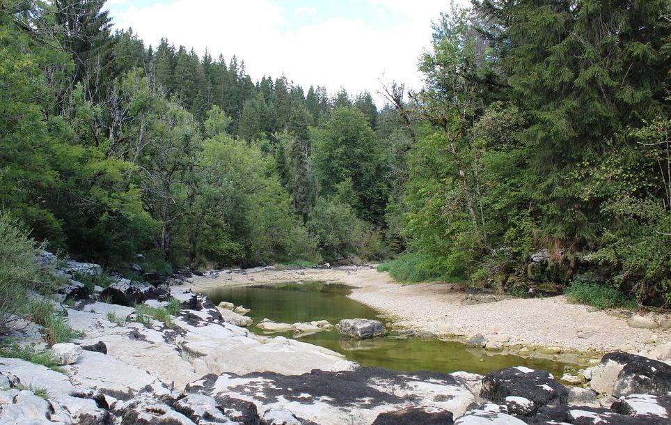 Le Doubs, comme de nombreuses rivières en France, est à un niveau extrêmement bas en ce début octobre.