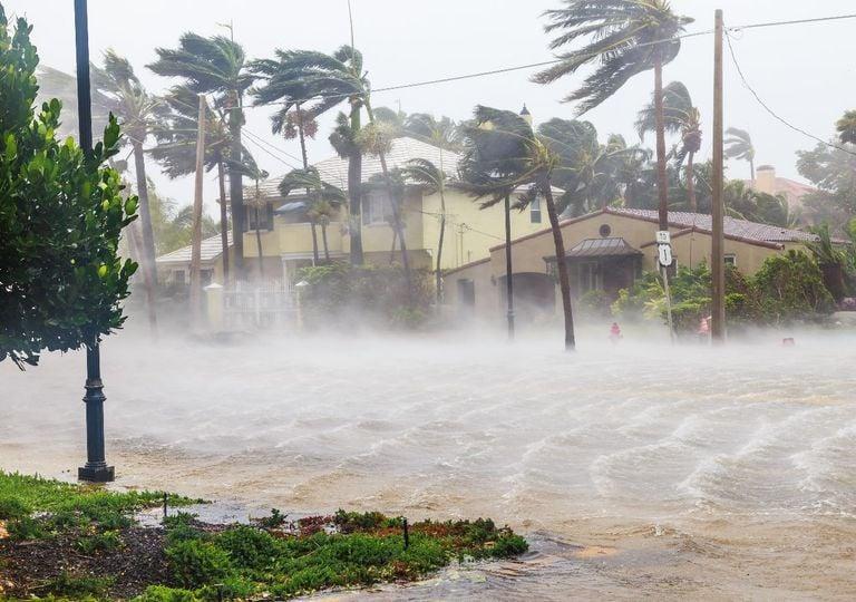 Ventos fortes e inundações na passagem de ciclones ao longo da costa.