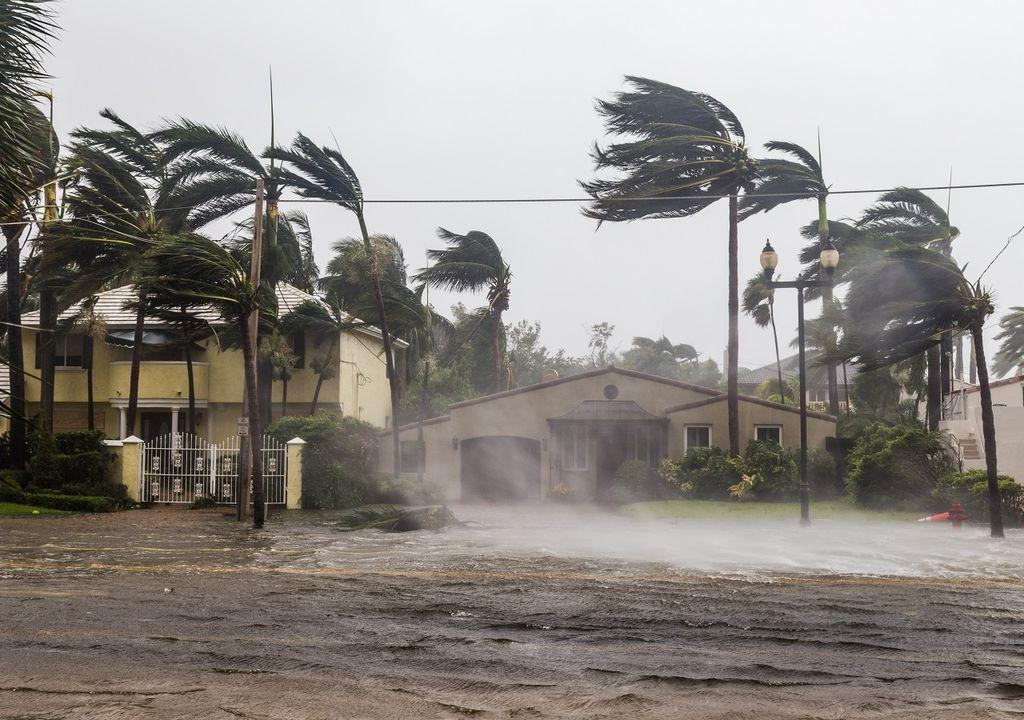 calle inundada en huracán