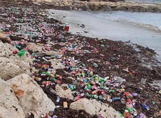 Marseille : après les inondations, les plages envahies de déchets