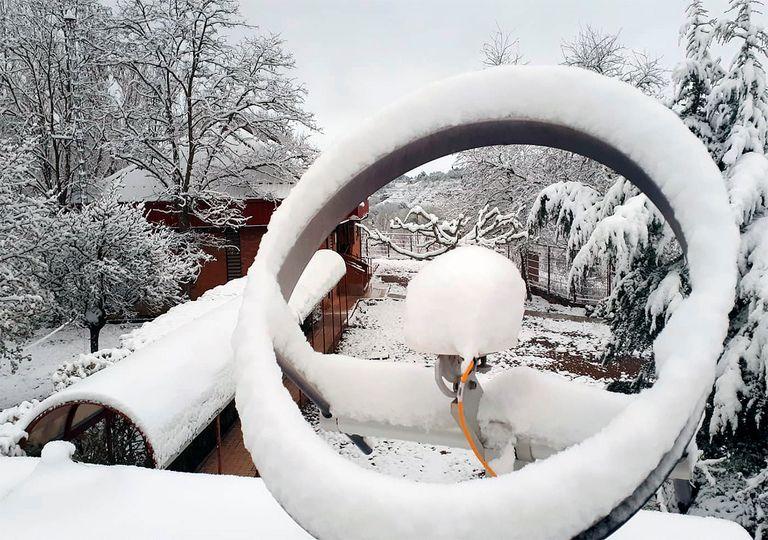 Piranómetro, instrumento que mide la radiación difusa, del observatorio de Teruel cubierto de nieve en primavera.