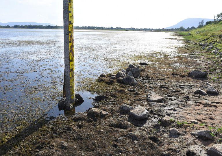 nivel de agua en un lago
